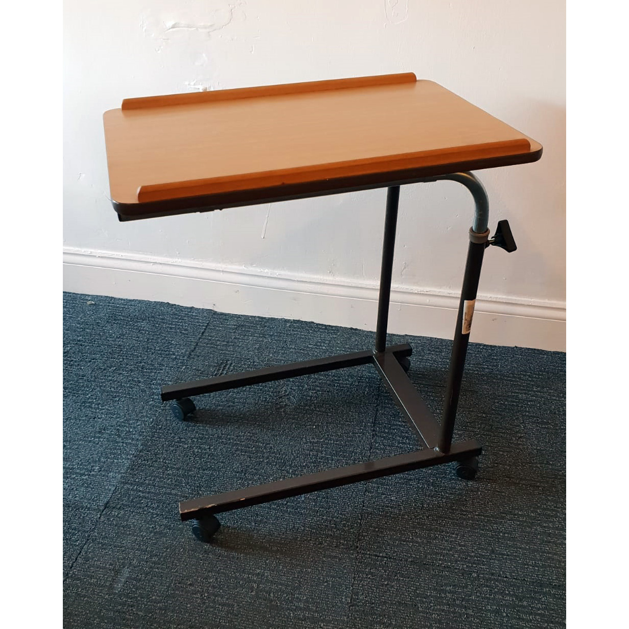 s_2018_11_03-wheeled-table